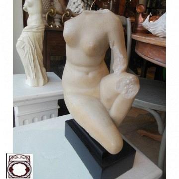 Escultura figura femenina